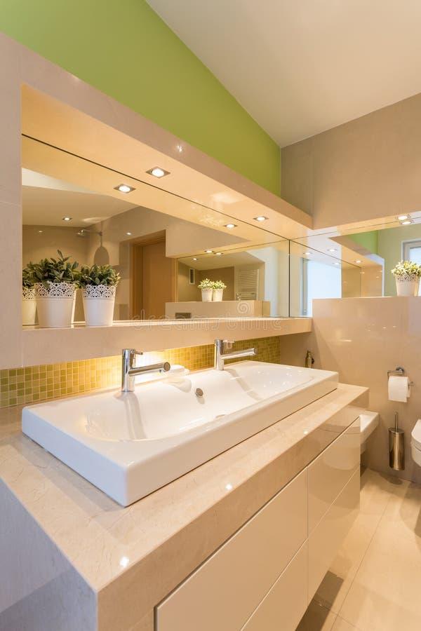 Moderner belichteter Waschrauminnenraum lizenzfreie stockfotografie