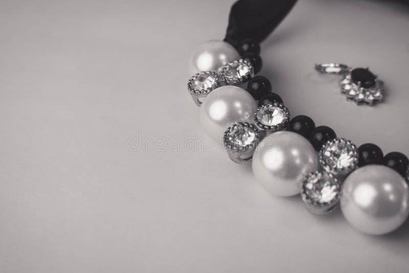 Moderner bezaubernder Schmuck, Halskette und Ohrringe des schönen teuren kostbaren glänzenden Schmucks mit Perlen und Diamanten stockfotografie