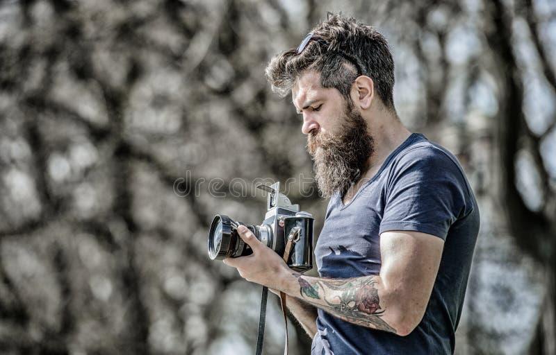 Moderner Blogger Zufriedener Sch?pfer B?rtiger Hippie-Fotograf des Mannes Fotograf mit Bart und dem Schnurrbart Mann mit lang lizenzfreie stockfotos
