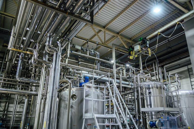 Moderner Brauereiinnenraum Bottiche, Rohre und andere Ausrüstung des Bierherstellungsfließbands stockfoto