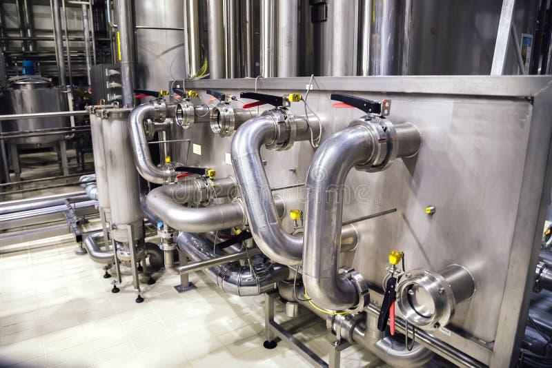 Moderner Brauereiinnenraum Industrielle Edelstahlrohre schlossen an Bottiche und an Regelventile an lizenzfreie stockfotografie