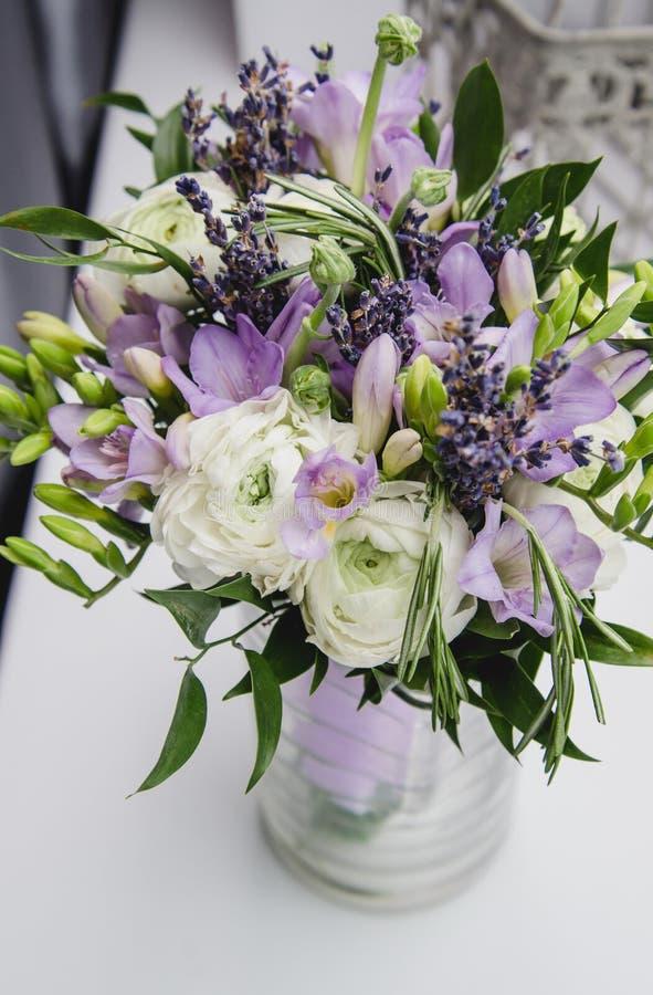 Moderner Brautblumenstrauß weiß, violette, grüne Blumen Rustikale Hochzeitsart schönen Butterblume Ranunculus, fresia stockfotos