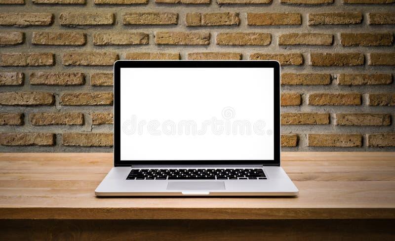 Moderner Computer, Laptop mit leerem Bildschirm auf Wandziegelstein lizenzfreie stockfotos