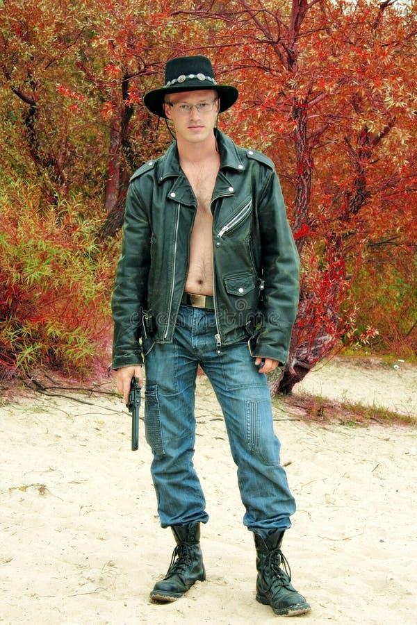 Moderner Cowboy mit dem Revolver stockfoto