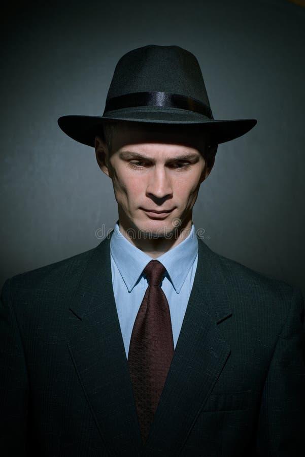 Moderner Detektiv des jungen Mannes in einem stilvollen Hut lizenzfreie stockbilder