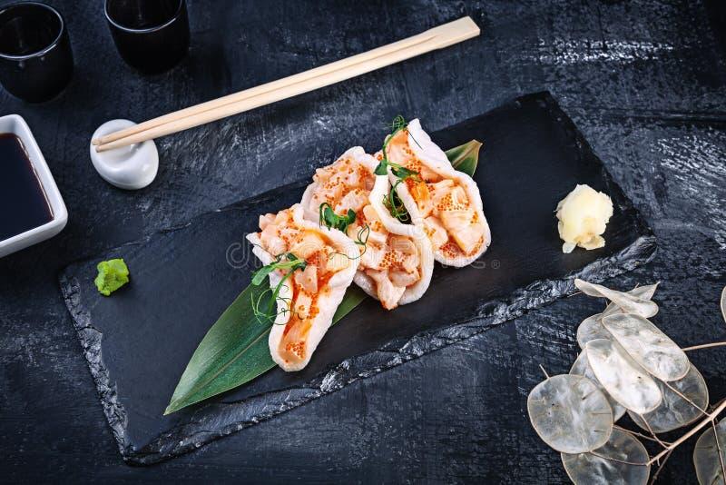 Moderner dienender Kammmuschelweinstein mit Avocado in den Reischips Gesunde Nahrung Rohe essbare Meerestiere rohe Kammmuschel mi lizenzfreie stockfotografie