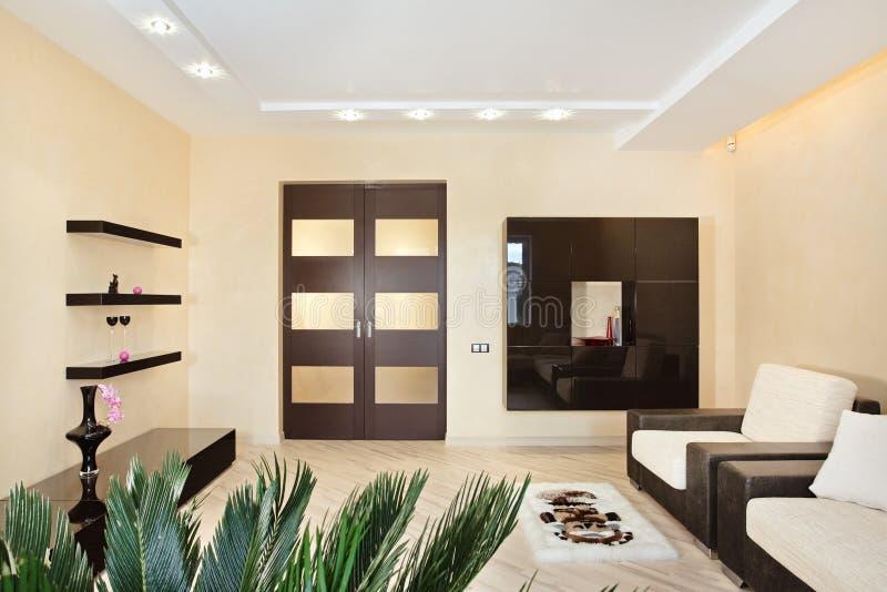 Moderner Drawing-roominnenraum in den warmen Tönen lizenzfreies stockbild