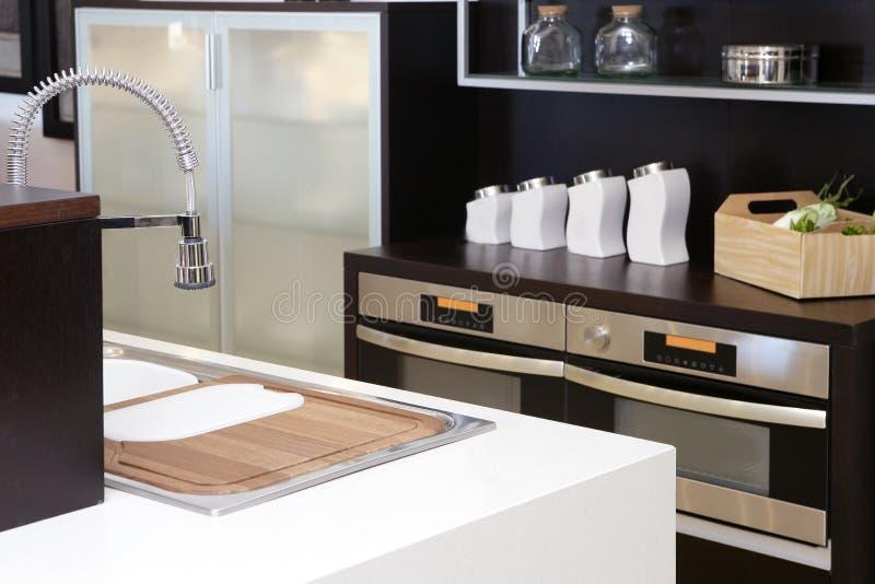 Moderner Edelstahl der Brown-hölzernen Küche stockfotos