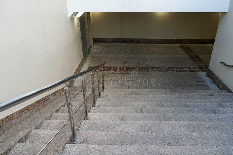 Moderner Eingang zum Fußgängertunnel, steigend hinunter leeres ab Treppenhaus unten zum untertägigen neuen Durchgang beige lizenzfreies stockbild