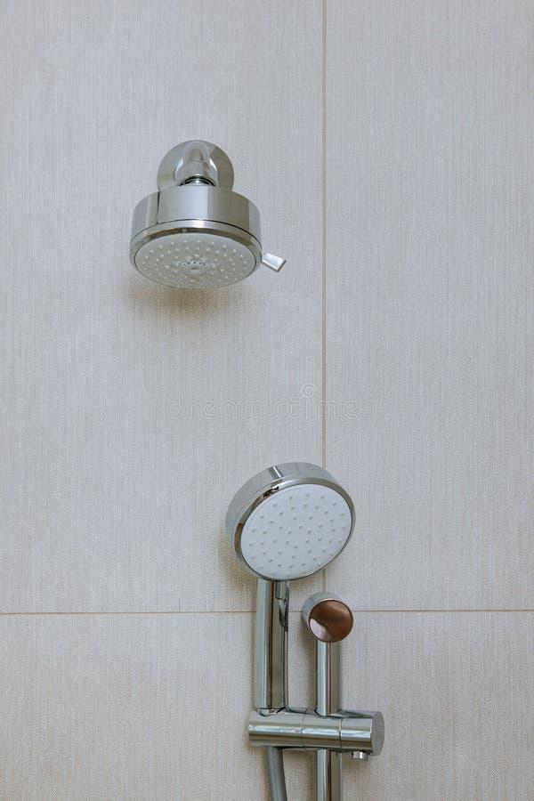 Moderner eleganter Edelstahlduschkopf in einem Badezimmer lizenzfreie stockfotografie
