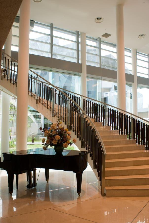 Moderner Gebäude-Innenraum stockbild