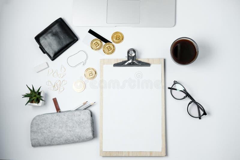 Moderner Geschäftsarbeitsplatz mit Bitcoin, Laptop, Kaffee, Station lizenzfreie stockfotografie