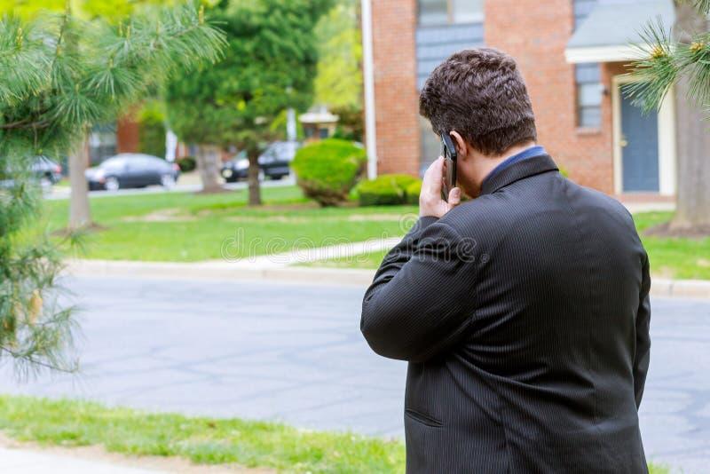Moderner Geschäftsmann und Geschäft und mit Mobile JPG + vektorabbildung und sein intelligentes Telefon verwendend stockfoto