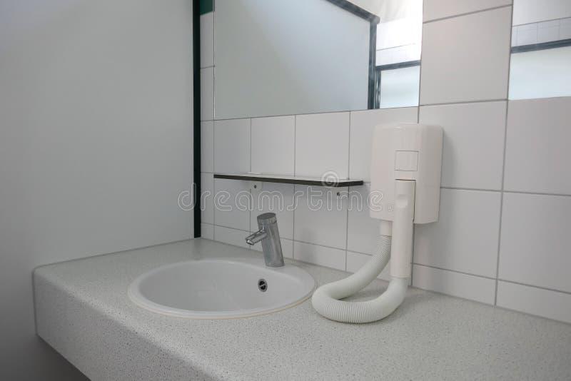 Moderner gesundheitlicher Raum und gesundheitliche Anlagen in einem öffentlichen Gebäude, Deutschland, Europa stockfoto