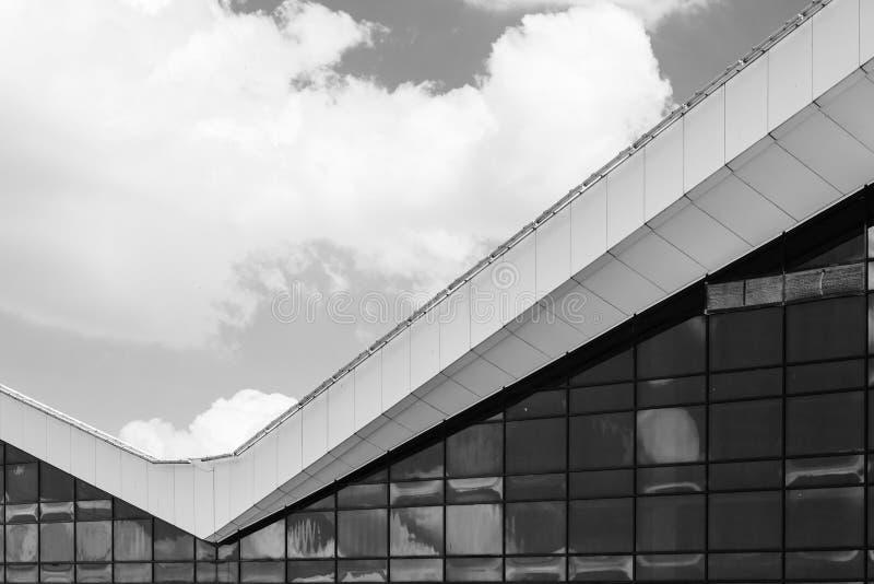 Moderner Glasfassaden-Schwarzweiss-Hintergrund lizenzfreie stockfotografie