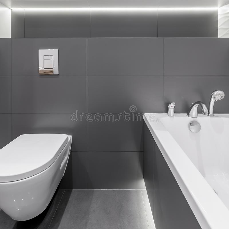 Moderner Graphit im Badezimmerinnenraum lizenzfreies stockbild