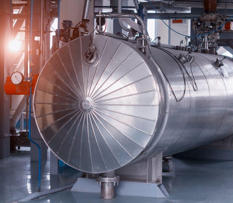 Moderner großer Behälter für die Herstellung von Haferflocken, Hafermehl, Ausrüstung für die Herstellung des Hafermehls, Sonne lizenzfreie stockfotografie