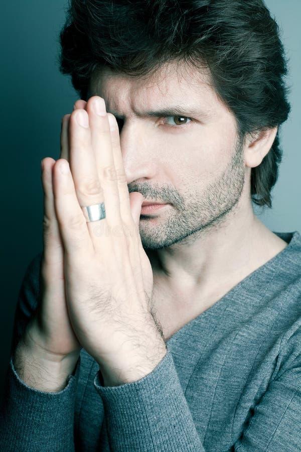 Moderner gutaussehender Mann in der grauen Strickjacke (Pullover) lizenzfreie stockfotos