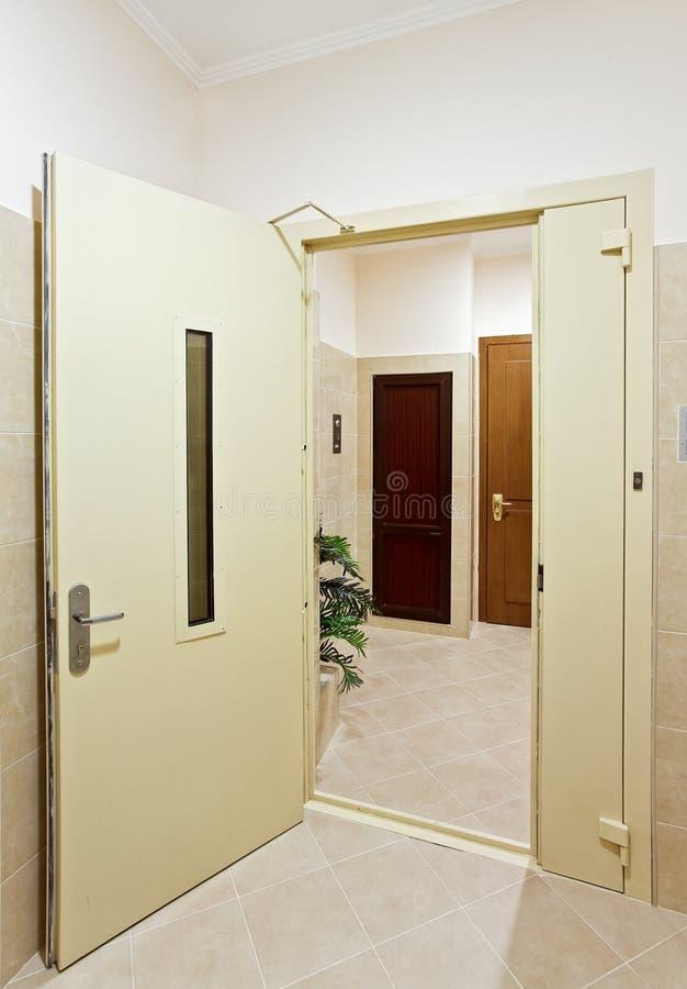 Moderner Halleninnenraum mit offener Tür stockbild