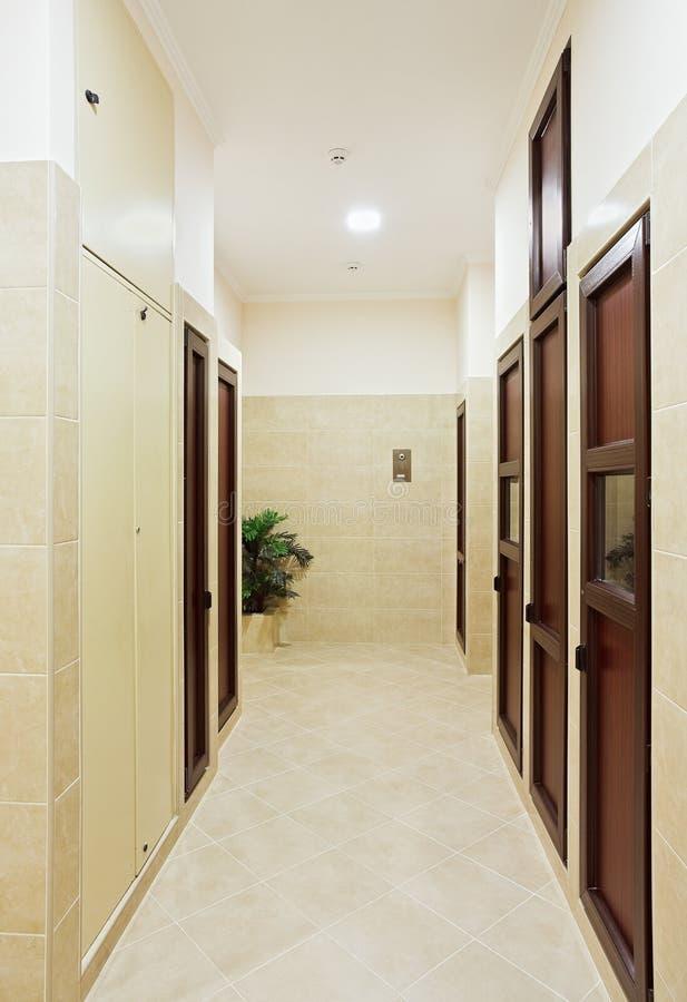 Moderner Halleninnenraum mit vielen Türen lizenzfreies stockbild