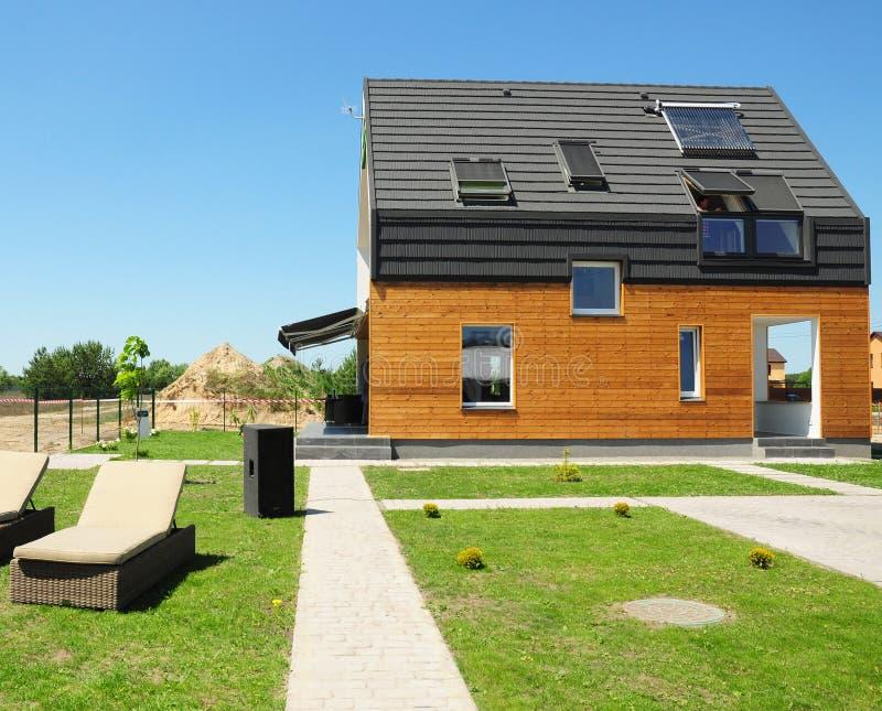 Moderner Hausaufbau Solarsystemgebrauchs-Dachsonnenkollektoren der Warmwasserbereitung SWH Hauptoberlichter, Mansardenfenster, Be stockfotografie