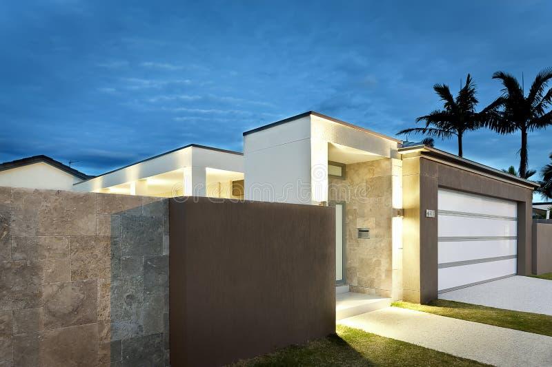 Moderne Hauseingänge moderner hauseingang nachts mit lichtern an stockbild bild