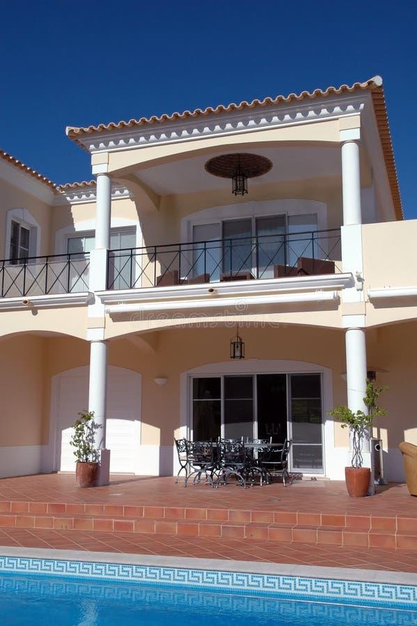 Moderner Hinterhof mit Balkon, Terrasse und Pool lizenzfreie stockbilder