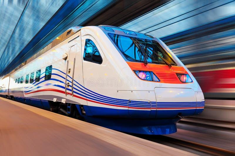 Moderner Hochgeschwindigkeitszug mit Bewegungszittern lizenzfreie stockfotografie