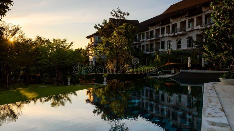 Moderner HotelSwimmingpool mit Sonnenstrahl stockfotografie