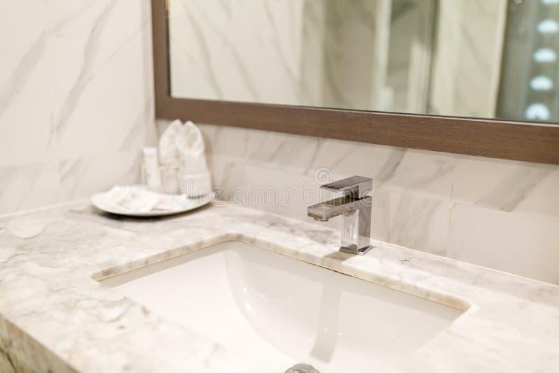 Moderner hygienischer W?schehahn im Hotelbadezimmer stockfotos