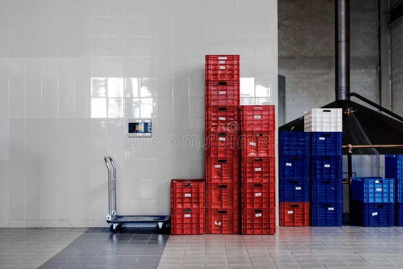 Moderner industrieller Innenraum mit Flasche bxes lizenzfreie stockbilder