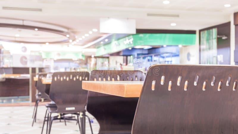 Moderner Innenraum der Cafeteria oder der Kantine mit Stühlen und Tabellen stockfotografie