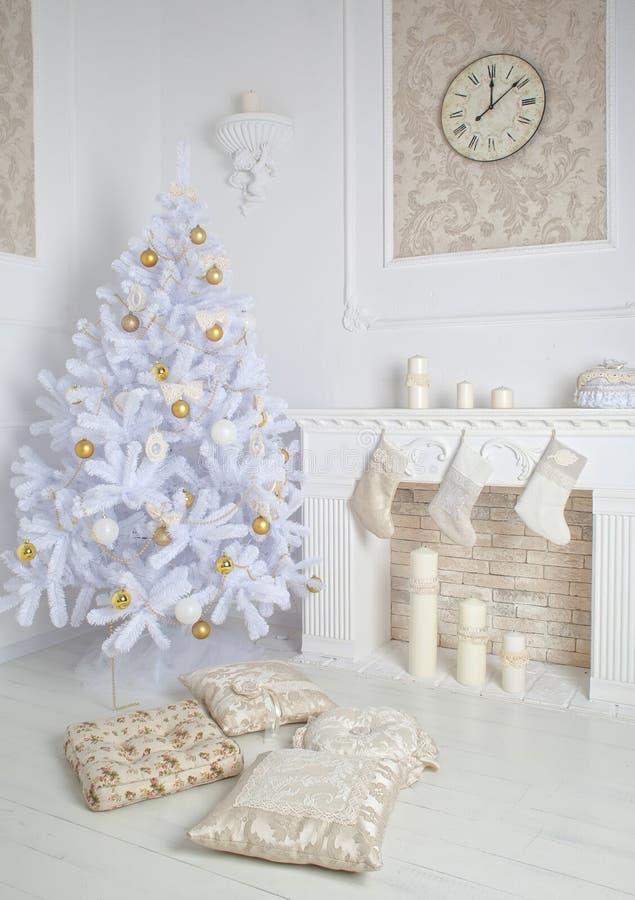 Moderner Innenraum des Kamins mit Weihnachtsbaum und der Geschenke im Weiß stockfotos