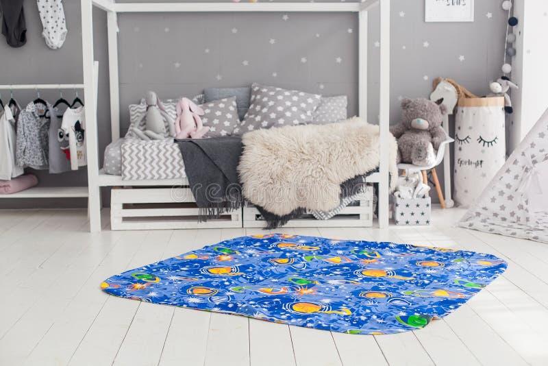 Moderner Innenraum des Kind-` s Schlafzimmers mit Teppich in der Front lizenzfreie stockfotografie