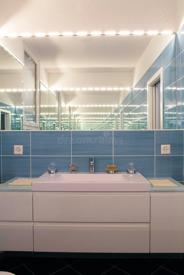 Moderner Innenraum des privaten Badezimmers lizenzfreies stockfoto