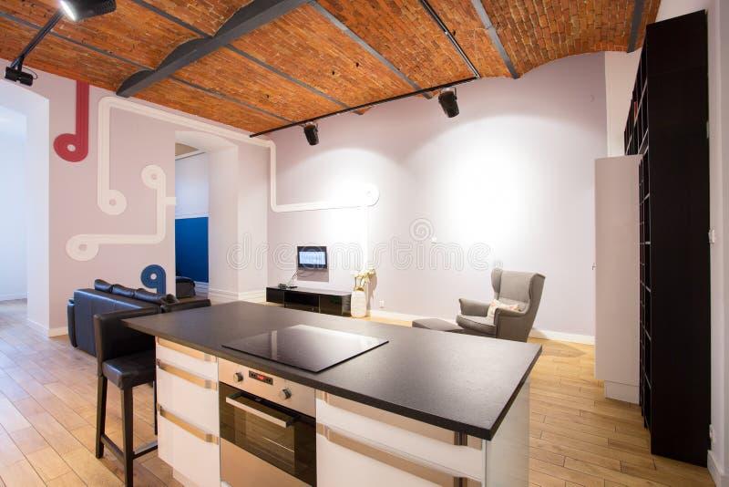 Moderner Innenraum mit Ziegelsteindecke lizenzfreies stockbild