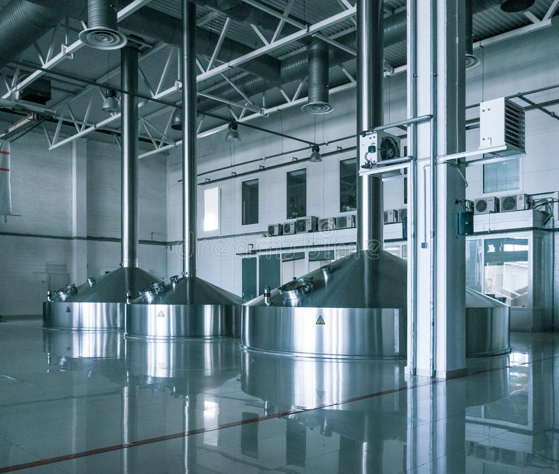 Moderner Innenraum von Bottichkanistern eines Brauereibreis lizenzfreie stockbilder