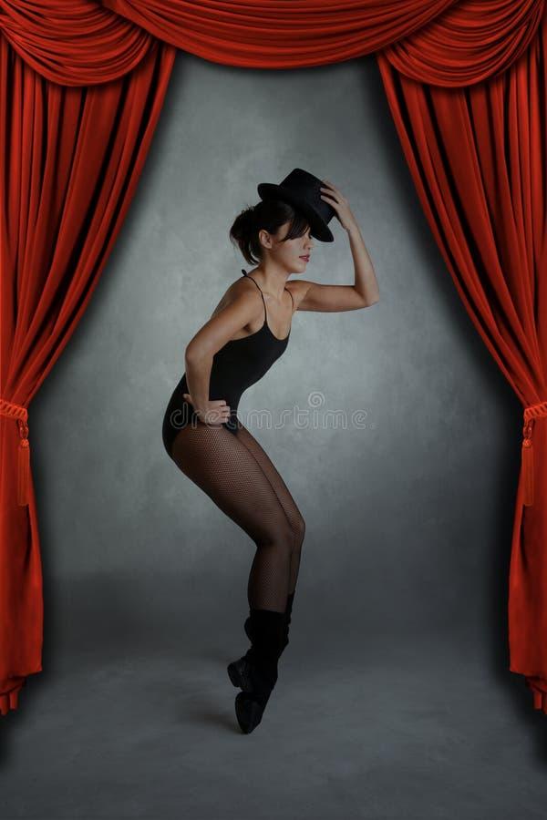 Moderner Jazz-Tänzer, der auf Stufe aufwirft lizenzfreies stockfoto