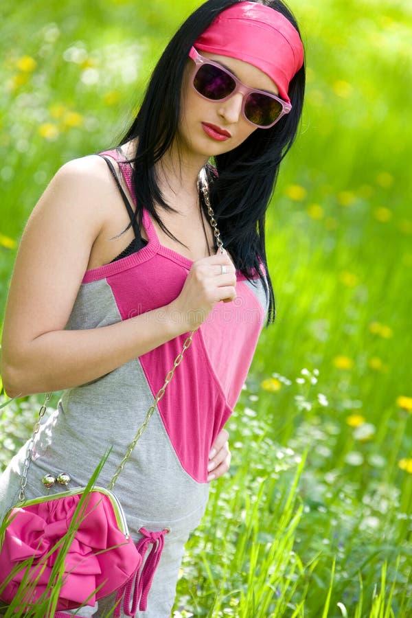 Moderner junger Brunette mit Sonnenbrillen stockbild