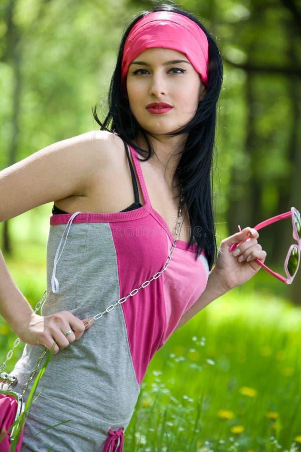 Moderner junger Brunette mit Sonnenbrillen lizenzfreies stockfoto