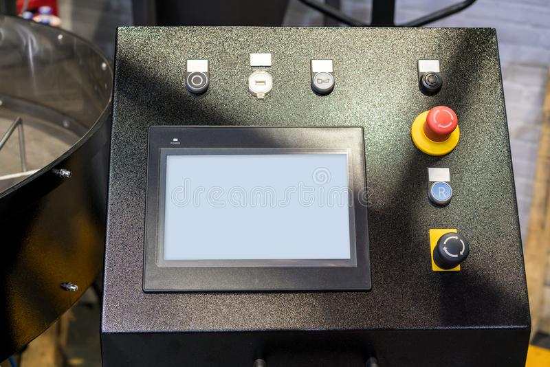 Moderner Kaffeebratmaschinenprüfer mit digitalem Schirm stockfotografie