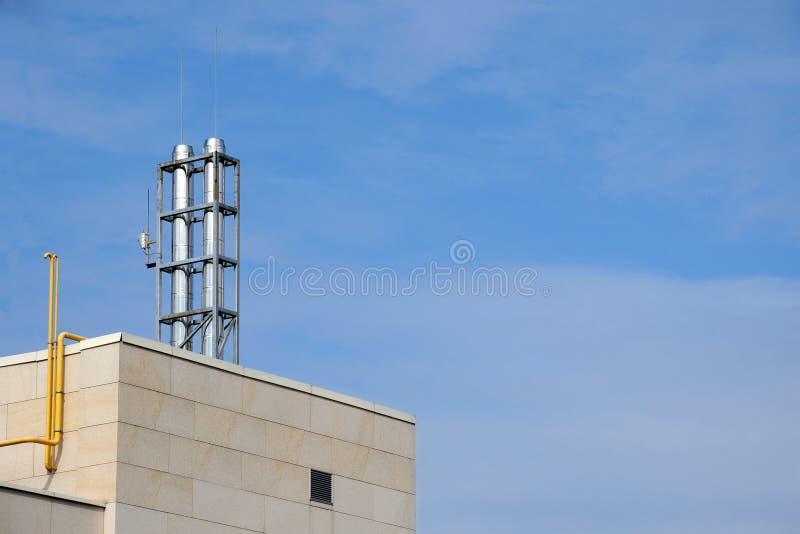 Moderner Kamin auf dem Dach des High-Techen Hauses stockbilder