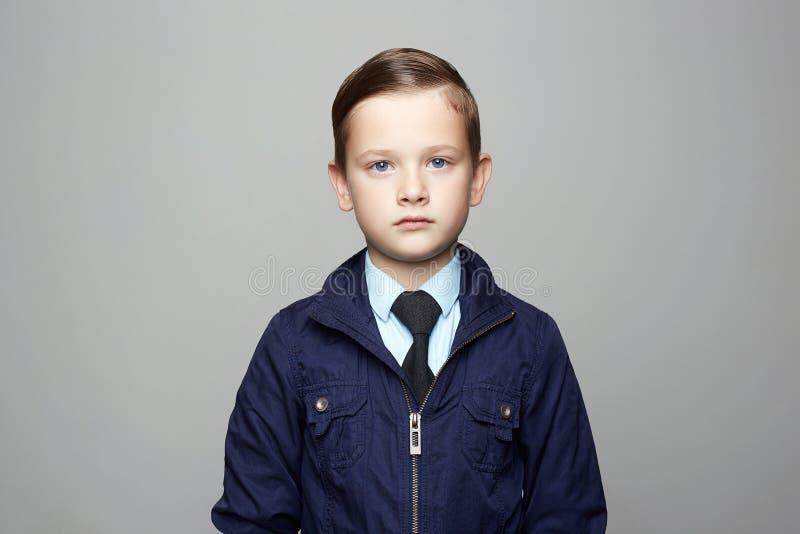 Moderner kleiner Junge in der Klage Modekinderportr?t stockfotos