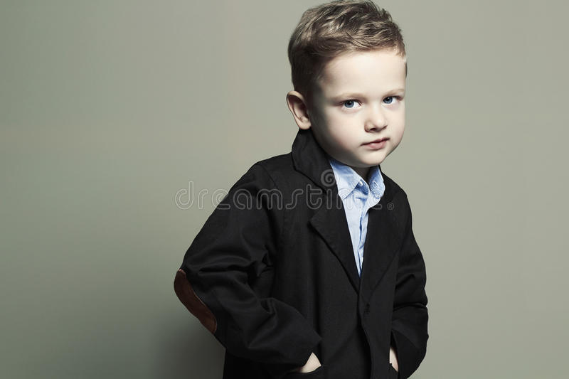 moderner kleiner Junge stilvolles Kind in der Klage Fashion Children lizenzfreie stockfotografie