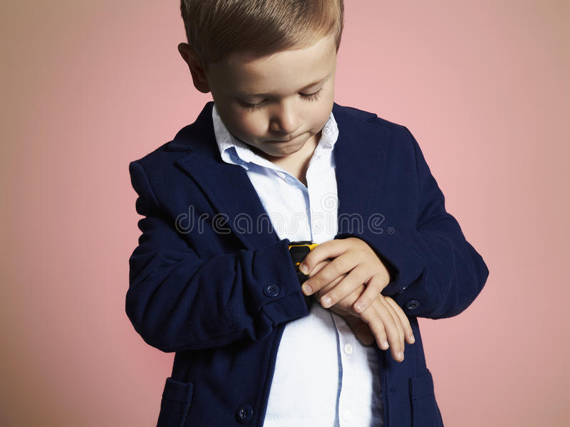 moderner kleiner Junge stilvolles Kind in der Klage Fashion Children lizenzfreie stockfotos