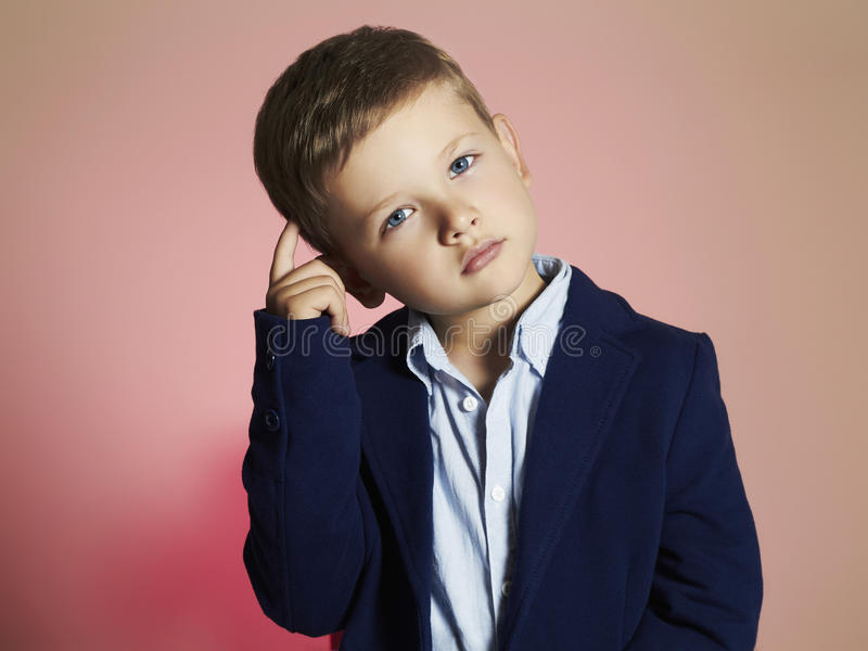 moderner kleiner Junge stilvolles Kind in der Klage Fashion Children lizenzfreies stockfoto