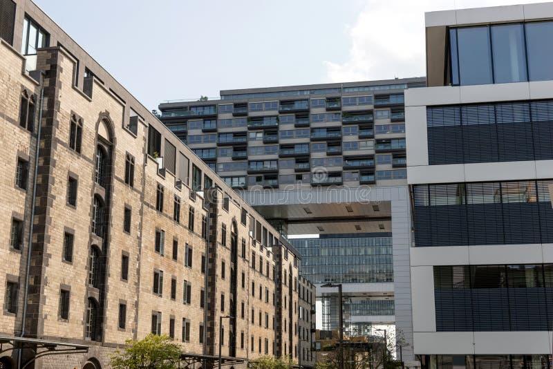 Moderner Komplex von Gebäuden auf der Bank von Rhein in Köln stockfotos