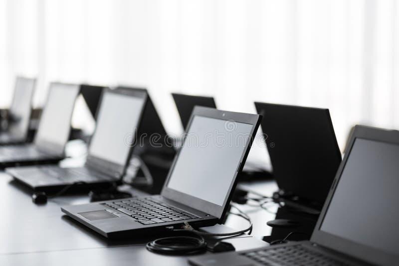 Moderner Konferenzsaal mit Möbeln, Laptops, große Fenster Büro- oder Schulungszentruminnenraum Computer-Labor lizenzfreie stockbilder