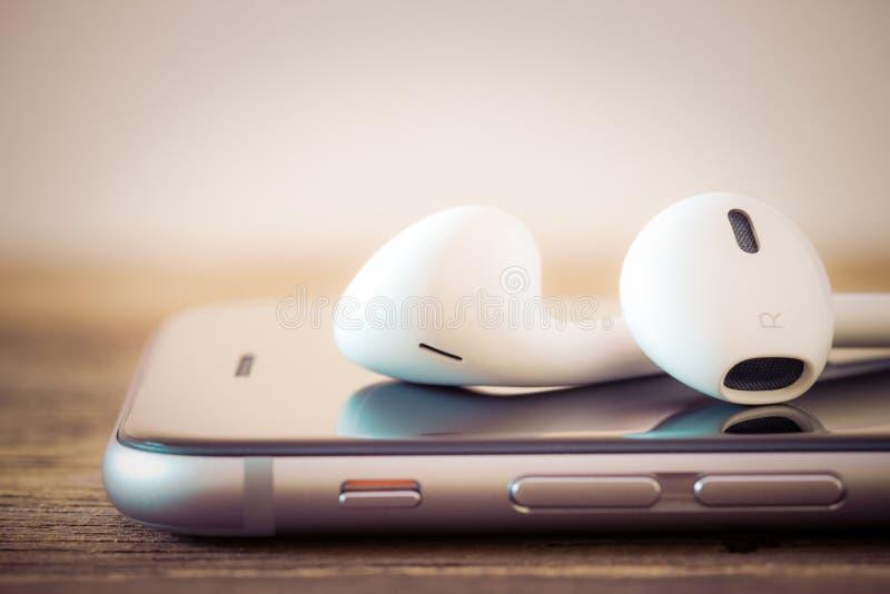 Moderner Kopfhörer der Nahaufnahme auf den Telefonmedien tragbar stockfotografie