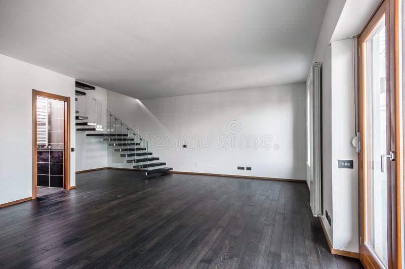 Moderner leerer Innenraum mit dunklem Parkett und Treppenhaus lizenzfreie stockfotografie